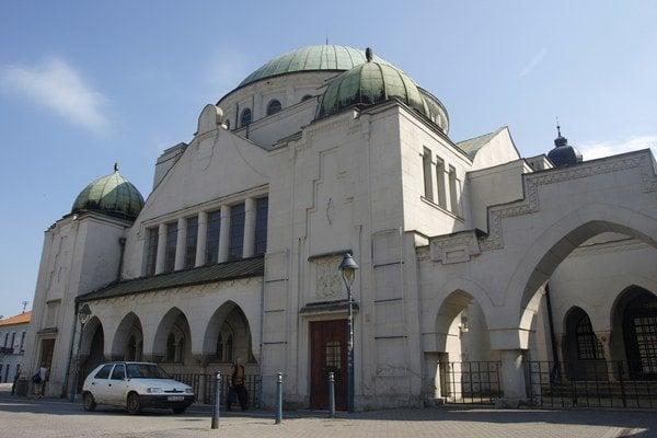 Strecha na trenčianskej synagóge je deravá.