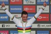 Mads Pedersen oslavuje víťazstvo v pretekoch Elite v meste Harrogate na MS v cyklistike 2019.