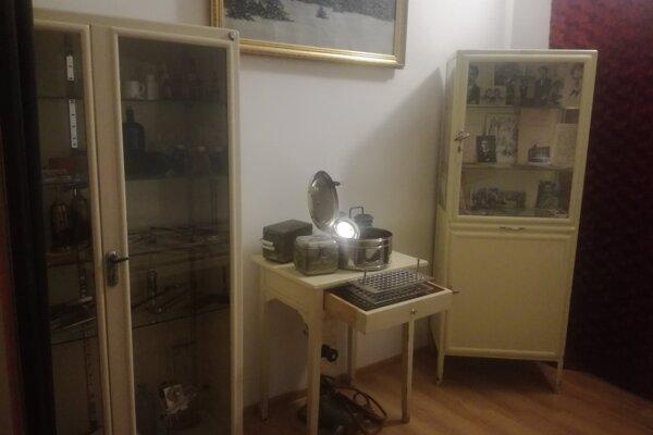 V pamätnej izbe sú dobové nástroje.