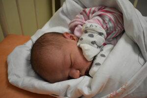 Karolína Chromečková (3290 g, 52 cm) sa narodila 1. októbra Veronike a Patrikovi z Dubodiela.