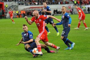 Norbert Gyömbér a jeho zákrok na Jonnyho Williamsa z Walesu počas futbalového zápasu E-skupiny kvalifikácie na EURO 2020 Slovensko - Wales.