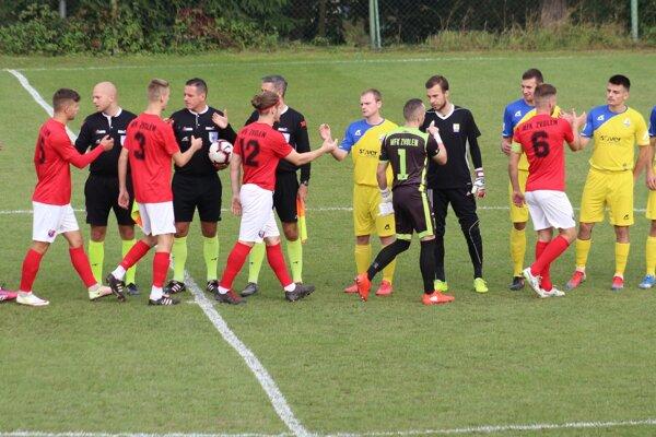 Priateľské podávanie rúk pred zápasom.