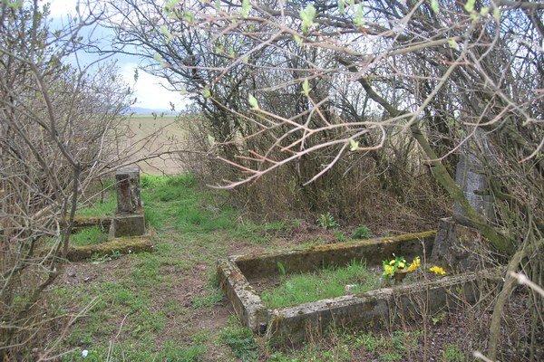 Zachované sú na starom cintoríne už iba dva hroby