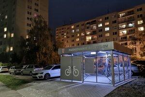 Ľudia sa sťažujú, že nový cykloprístrešok zabral parkovacie miesta.