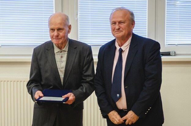 Ocenený Jozef Gašparík (vľavo), spoluzakladateľ stolného  tenisu v Majcichove (s predsedom SSTZ Zdenkom Krížom).