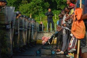 Mexická polícia zadržiava karavánu s migrantmi.