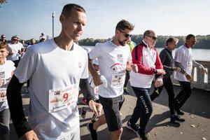 Chodec Matej Tóth (vľavo), slovenský cyklista Peter Sagan a monacké knieža Albert počas charitatívneho behu No finish line.