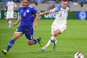 Lukáš Haraslín (vpravo) a vľavo Ivan Pirla (Paraguaj) v prípravnom zápase Slovensko - Paraguaj.