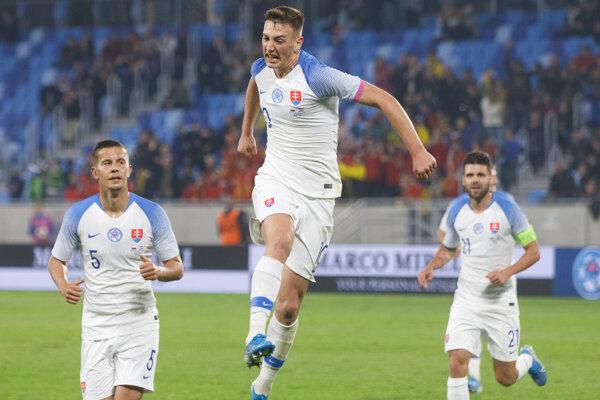 Róbert Boženík (v strede) v zápase Slovensko - Paraguaj.