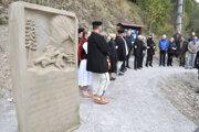 Slávnostné odhalenie pamätného kamenného piliera.