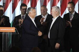 Na snímke vpravo odchádzajúci starosta Budapešti a kandidát strany Fidesz István Tarlós a vpravo maďarský premiér a šéf strany Fidesz Viktor Orbán vo volebnej centrále po prehre v komunálnych voľbách v Budapešti.