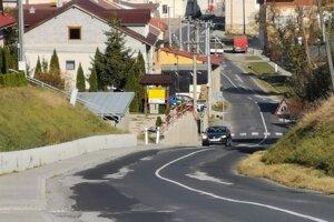 Úzka, zaplátaná cesta s nerovnosťami, takto vyzerá cesta v obci Vrbov, v smere do Vlkovej.