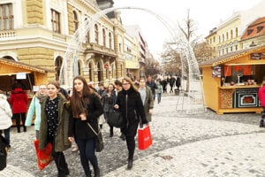 Vstup do vianočného mestečka na námestí, december 2018.