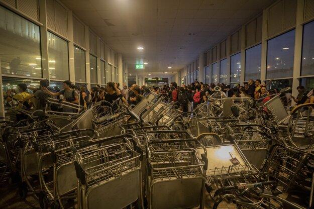 Vstup na letisko v Barcelone protestujúci zablokovali vozíkmi.