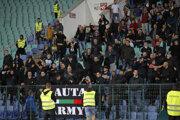 Bulharskí fanúšikovia počas výtržností.