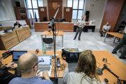 Prenosová technika denníka SME v pojednávacej miestnosti v Ústave na výkon väzby v Bratislave.