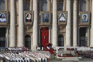 Portréty piatich nových svätcov vyvesené počas svätorečenia vo Vatikáne 13. októbra 2019.