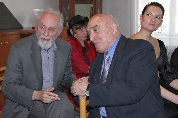 VII. stretnutie trenčianskych literátov. O. Gáťa (vľavo) v družnej debate s R. Dobiášom.
