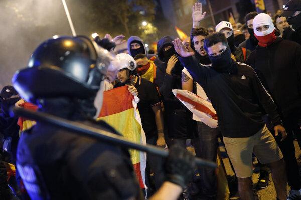 Stovky zástancov jednotného Španielska sa zišli na jednom z predmestí hlavného mesta Katalánska.