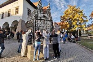 Aktivisti na klietku hanby zavesili 7