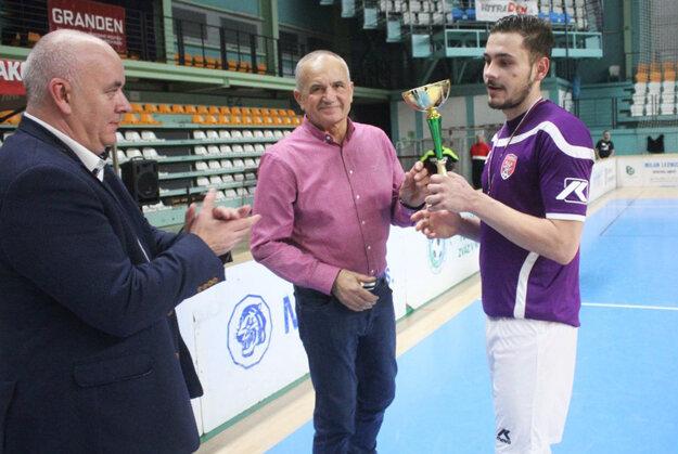 Tímy zo siedmych líg budú hrať o Pohár Jozefa Husárika, ktorý nás opustil vo februári 2019. Na minulom ročníku turnaja dekoroval Mojmírovce, majstrov 7. ligy.