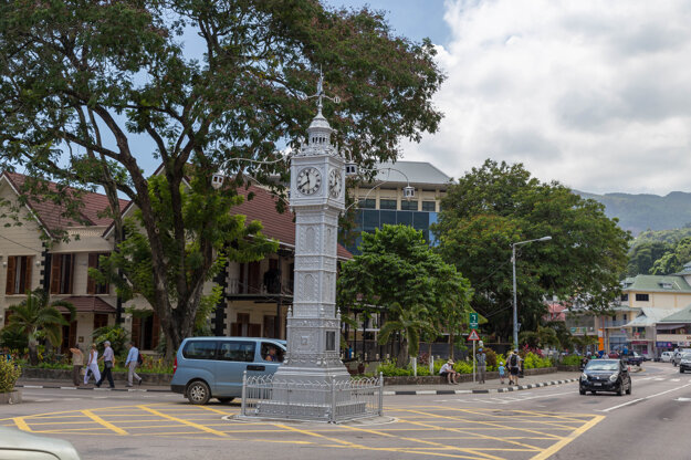 Známa hodinová veža vo Victorii slúži aj ako centrálny bod kruhového objazdu.