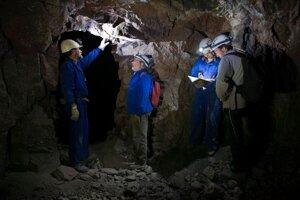 Tím výskumníkov v bani, kde sa nachádza obrovská geóda.