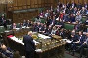 Premiér Boris Johnson pred poslancami
