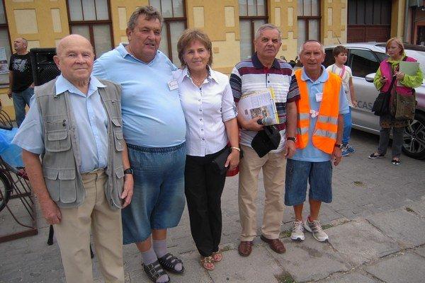 Rudolf Juris (druhý zľava) 25 rokov organizuje Čachtický polmaratón.