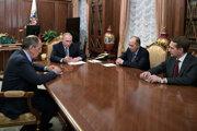 Ruský prezident Vladimir Putin (druhý zľava), šéf ruskej diplomacie Sergej Lavrov (vľavo), riaditeľ ruskej tajnej služby FSB Alexandr Bortnikov (druhý sprava) a šéf civilnej zahraničnej rozviedky SVR Sergej Naryškin.