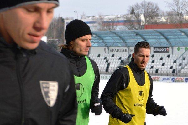 Martin Černáček (v strede) zaberá v príprave naplno.