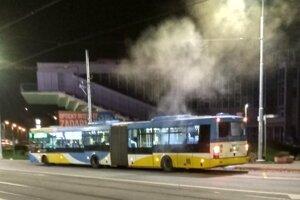 Ďalší dym v MHD po nedávnom požiari opäť vyľakal cestujúcich.