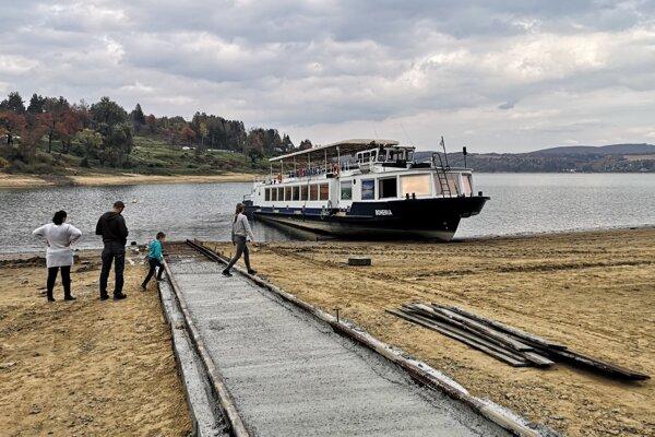Zazimovaná výletná loď Bohemia na Domaši.