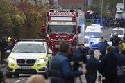 Na snímke policajné autá eskortujú nákladné auto, v ktorom našli 39 mŕtvych osôb v priemyselnom parku 23. októbra 2019 v britskom grófstve Essex.