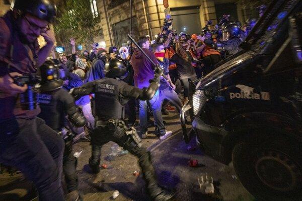 Zrážke demonštrantov a polície v Barcelone.