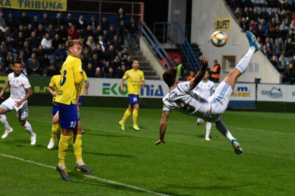 Andraž Šporar síce po týchto parádnych nožničkách neskóroval, ale o čosi neskôr dal víťazný gól.