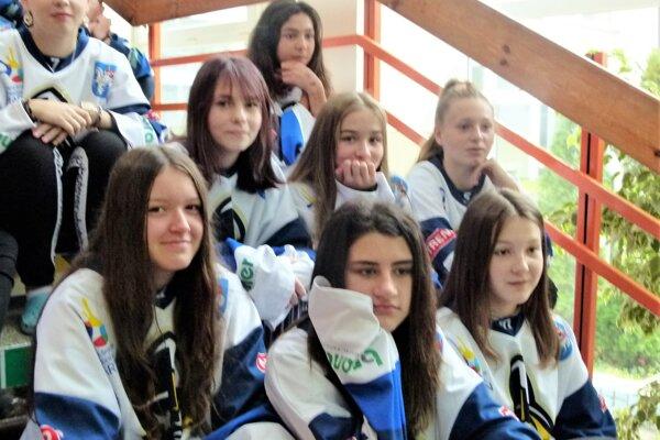Aj dievčatá si na slávnosť obliekli hokejové dresy.
