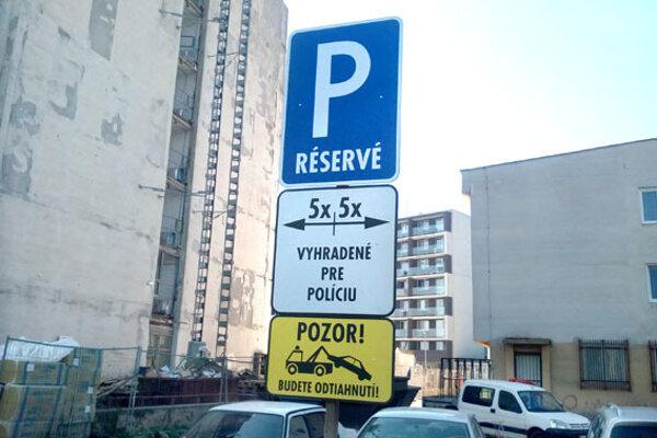 Takto vyzerala značka v piatok. V pondelok bol odstránený symbol parkoviska, v stredu ostalo len upozornenie na odtiahnutie.