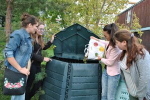 Kompostér využívať obyvatelia okolitých internátov. VIac informácií nájdete na: https://komposter-spu.webnode.sk/