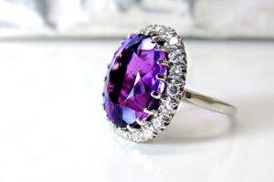Ak má žena rada extravaganciu a výraznosť, zapáčiť sa jej môže prsteň, ktorému dominuje jeden veľký drahokam.