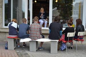 Výklad kníhkupectva sa otvoril poslucháčom počas letného čítania. Stane sa tak aj na výročie Nežnej revolúcie.