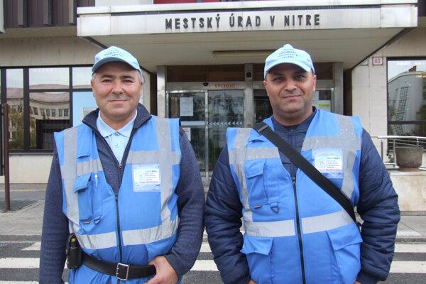 Ján a Marek Lakatošovci sú členmi poriadkovej služby.