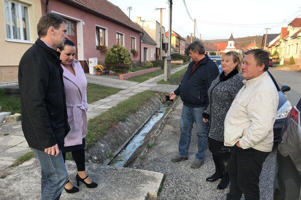 Starostovia obcí na Záhorí. V strede starosta obce Lopašov Marián Bederka ukazuje na splašky v odtoku dažďovej vody.
