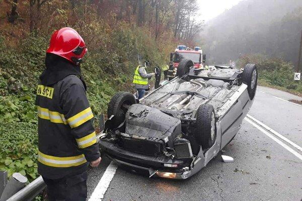 Auto skončilo na kraji cesty prevrátené na streche.