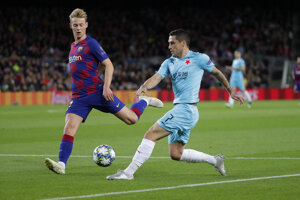 Nicolae Stanciu (vpravo) a Frenkie de Jong v zápase Ligy majstrov 2019/2020 FC Barcelona - Slavia Praha.
