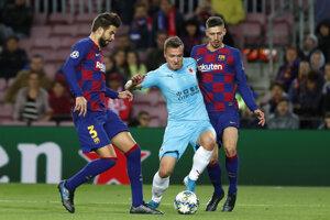 Stanislav Tecl (uprostred) v zápase Ligy majstrov 2019/2020 FC Barcelona - Slavia Praha.