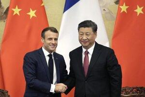 Čínsky prezident Si Ťin-pching a francúzsky prezident Emmanuel Macron.