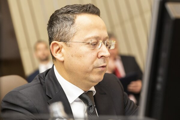 Minister financií SR Ladislav Kamenický počas 181. schôdze vlády.