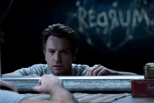 Ewan McGregor vo filme Doktor spánok.