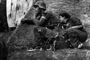 1.Gerda Taro vždy pracovala čo najbližšie k vojakom a riskovala rovnako ako oni. Jej kariéra trvala sotva rok. Na snímke od Roberta Capu z roku 1936.